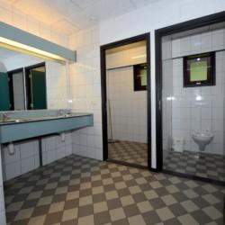 Das Badezimmer im holländischen Jugendfreizeitheim Zwerfsteen.
