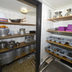 Die Ausstattung des Küchenbereichs im Ferienheim Zwerfsteen in den Niederlanden.