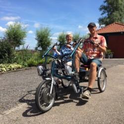 Fahrradfahren im niederländischen handicapgerechten Gruppenhaus Zonneroos.