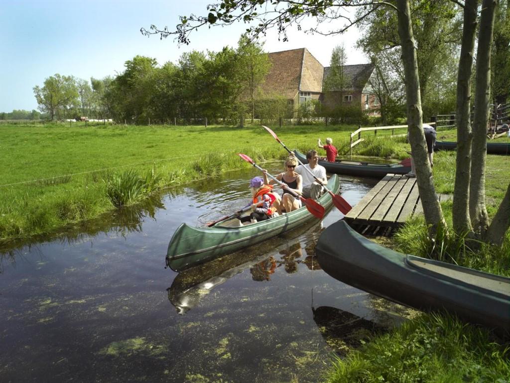Kanufahren am niederländischen handicapgerechten Gruppenhaus Zonneroos.
