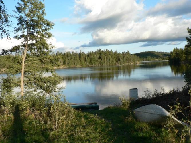 See mit Kanus am norwegischen Freizeitheim Degernes.