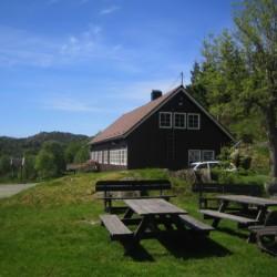 Die Außenansicht des Gruppenhauses Fjelltun Leirsted in Norwegen.