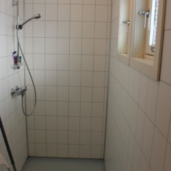 Die Sanitäranlage im Gruppenhaus Fjelltun Leirsted in Norwegen.