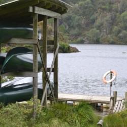 Die Kanus am See des Gruppenhauses Fjelltun Leirsted in Norwegen.