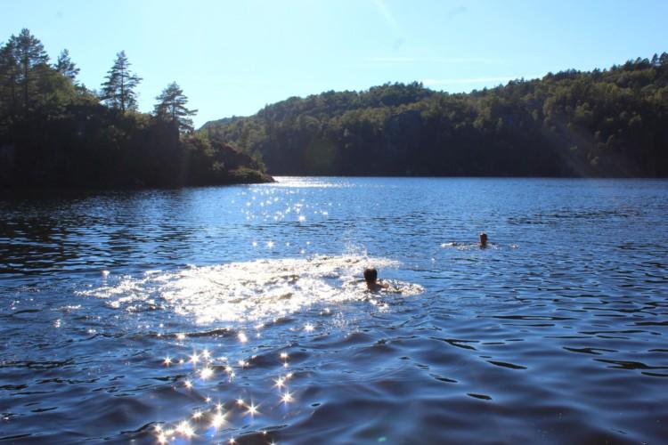 Der See am norwegischen Haus in Fjelltun Leirsted ist in 5 Minuten zu erreichen.