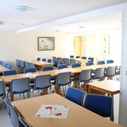 Speisesaal im norwegischen Gruppenhaus Gautestad Misjonssenter am See für Kinderfreizeiten