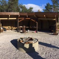 Die Feuerstelle des norwegischen Freizeitheims Knaben Leirskole.
