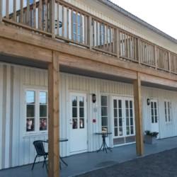 Die Terrasse und Balkone am Gruppenhaus Undeland in Norwegen.