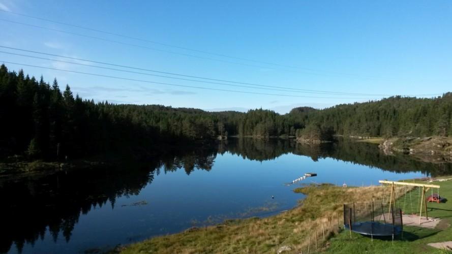 Der See am Gruppenhaus Undeland in Norwegen.