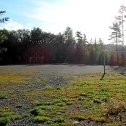 Der Sportplatz im norwegischen Freizeitheim Degernes Misjonsgård am See.