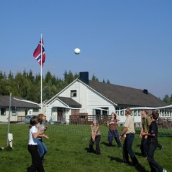 Viel Platz für Gruppenspiele vor dem norwegischen Freizeitheim Degernes Misjonsgård am See.