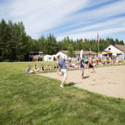 Der Beach-Volleyballplatz im norwegischen Freizeitheim Degernes Misjonsgård am See.