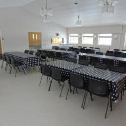 Großer Speisesaal im norwegischen Freizeitheim Degernes Misjonsgård am See.