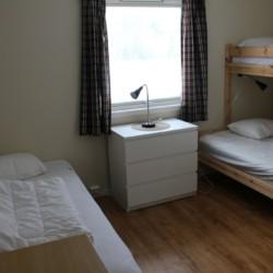 Das Dreibettzimmer im norwegischen Freizeitheim Degernes Misjonsgård am See.