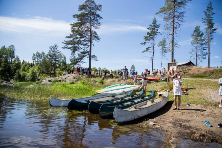 Die Kanus im norwegischen Freizeitheim Degernes Misjonsgård am See.