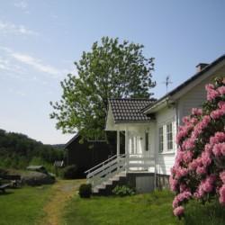 Ein Gebäude des norwegischen Gruppenhauses Fejlltun Leirsted von außen.