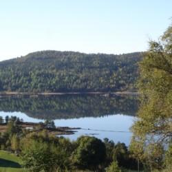 Umgebung vom norwegischen Freizeitheim Gautestad Misjonssenter am See für Jugendfreizeiten