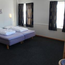 4-Bett-Zimmer im norwegischen Freizeitheim Gautestad Misjonssenter am See für Jugendfreizeiten