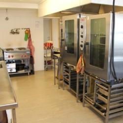 Selbstversorger-Küche im norwegischen Freizeitheim Gautestad Misjonssenter am See für Kinderfreizeiten