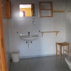 Sanitärbereich im norwegischen Gruppenhaus Gautestad Misjonssenter am See für Kinderfreizeiten
