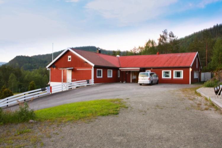 Das Freizeitheim Kvinatun in Norwegen von außen.