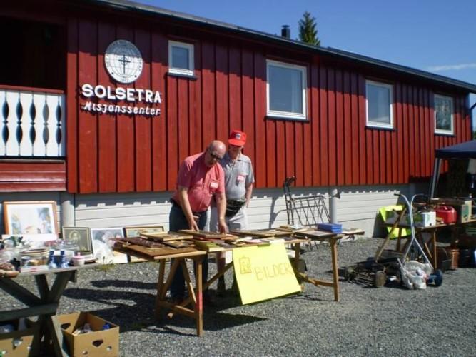 Flohmarkt auf dem Außengelände des norwegischen Freizeitheims Solsetra Misjonssenter