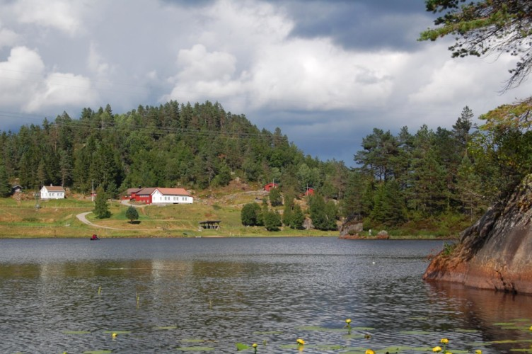 Die Fernsicht des Gruppenhauses Undeland in Norwegen.