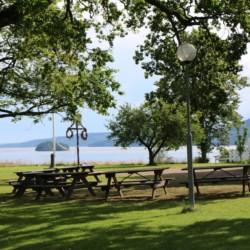 Das schwedische Freizeitheim Berga Gård bietet Sitzgruppen direkt am Haus.