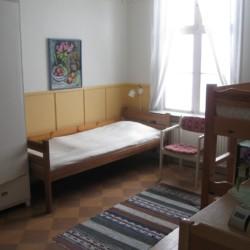 Ein Mehrbettzimmer im Gruppenhaus Berga Gård in Schweden.