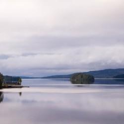 Die Reisegruppen können den Ausblick auf den See mitten in der schwedischen Natur genießen.
