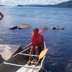 Das schwedische Freizeitheim bietet den Reisegruppen ein Kanu und ein Ruderboot.