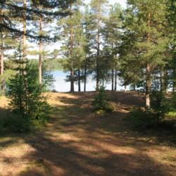 Der Außenbereich des Gruppenhauses Ensro Lägergård in Schweden.