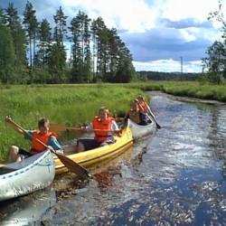 Zum schwedische Gruppenhaus Ensro Lägergård gehören zudem sechs Kanus.
