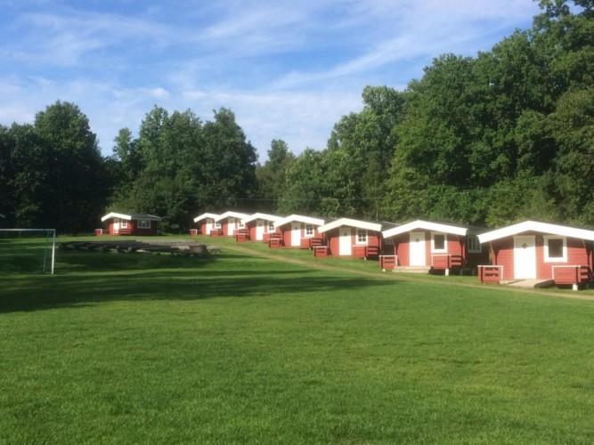 Schlafhütten am schwedischen Freizeithaus Flahult Ungdomsgård für Kinder und Jugendreisen.