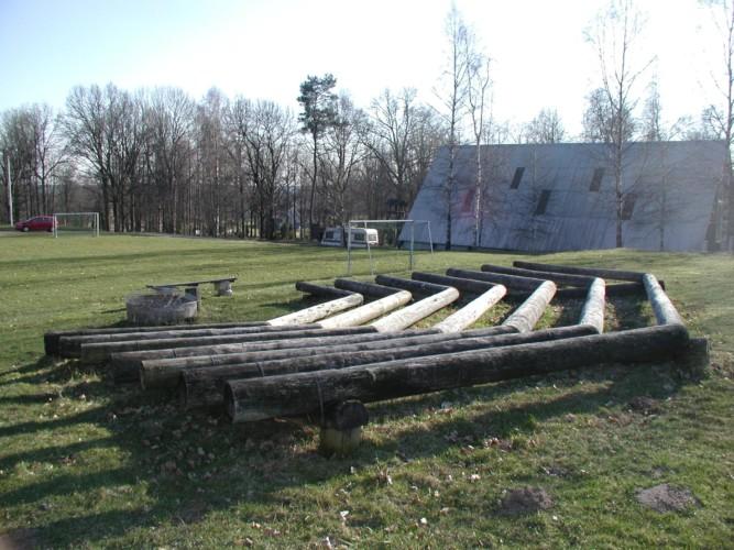 Lagerfeuerstelle und Sitzgruppe am Freizeithaus Flahult Ungdomsgård in Schweden.