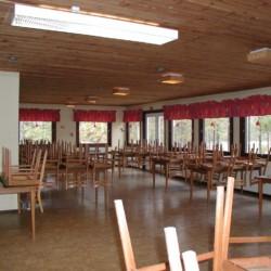 Speisesaal im Freizeitheim Flahult Ungdomsgård in Schweden.