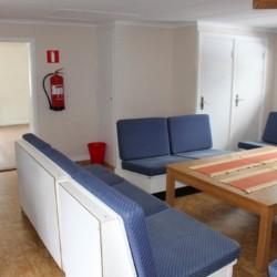 Gruppenraum mit Sofas im Freizeithaus Flahult Ungdomsgård in Schweden.