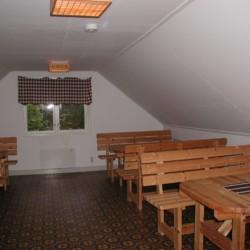 Gruppenraum mit Sitzgruppen im schwedischen Gruppenhaus Flahult Ungdomsgård.