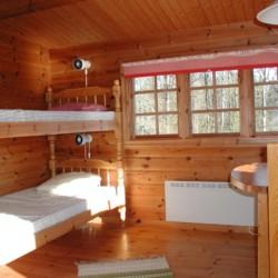 Mehrbettzimmer mit Holzbett im schwedischen Gruppenheim Flahult Ungdomsgård.