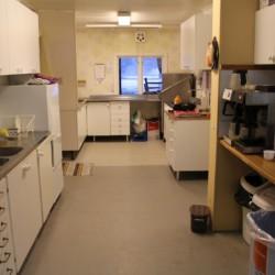 Selbstversorger-Küche im schwedischen Gruppenhaus Gustavs Sommargard am Meer für Jugendfreizeiten