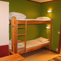 Etagenbett im schwedischen Freizeithaus Gussjöstugan für Kinder und Jugendreisen.