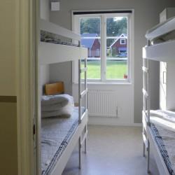 Die Schlafräume mit Etagenbetten im Freizeithaus Högsma Bygdegård in Schweden.