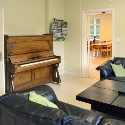 Gruppenraum mit Klavier im Freizeitheim Högsma in Schweden