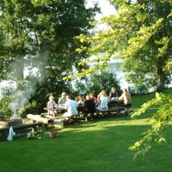 Der Badeplatz mit Grill des Ferienheims Högsma Bygdegård in Schweden.