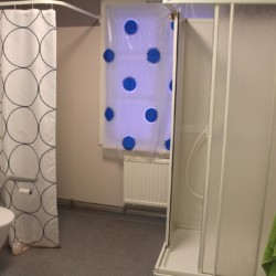 Duschraum im Freizeithaus Högsma Bygdegård in Schweden.