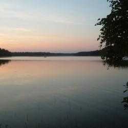 Sonnenuntergang am See am Freizeithaus Högsma Bygdegård in Schweden.