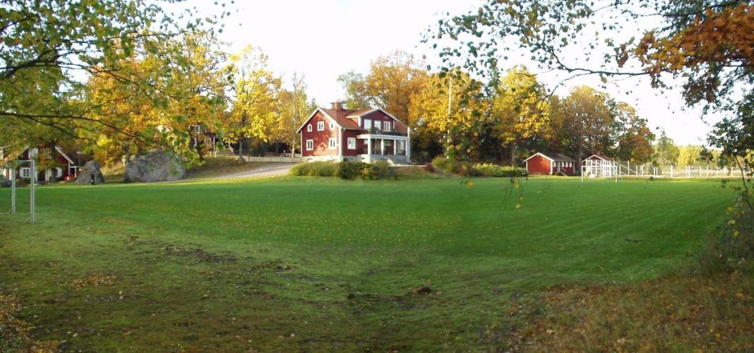 Fußballfeld auf dem Gelände des schwedischen Freizeitheims Idrottsgården i Flen.
