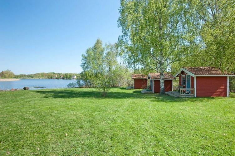 Wiese und See am Freizeithaus Idrottsgården i Flen in Schweden.