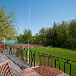 Die Terasse des Ferienhauses Idrottsgården i Flen in Schweden.