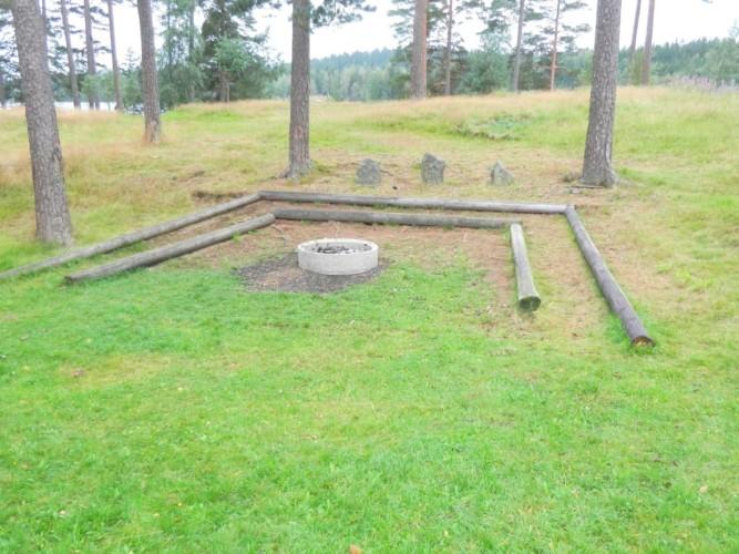 Lagerfeuerstelle des schwedischen Freizeitheims Långserum Fritidsgård direkt am See
